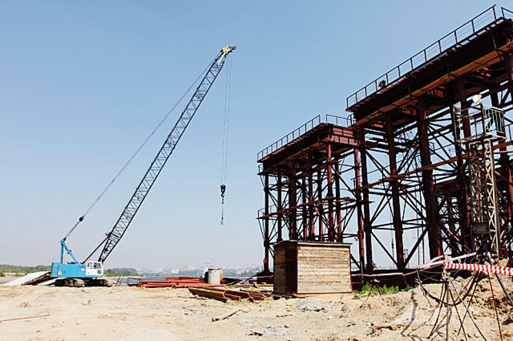 В июне 2012 года строители только устанавливали опоры, на которые впоследствии положили тело моста.