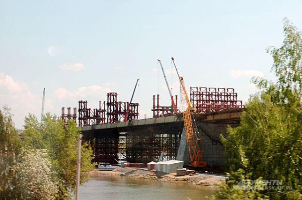 Спустя год после первых фотографий этой ленты - в июне 2013-го - у моста уже появилась балочная конструкция, по которой в будущем поедут автомобили.