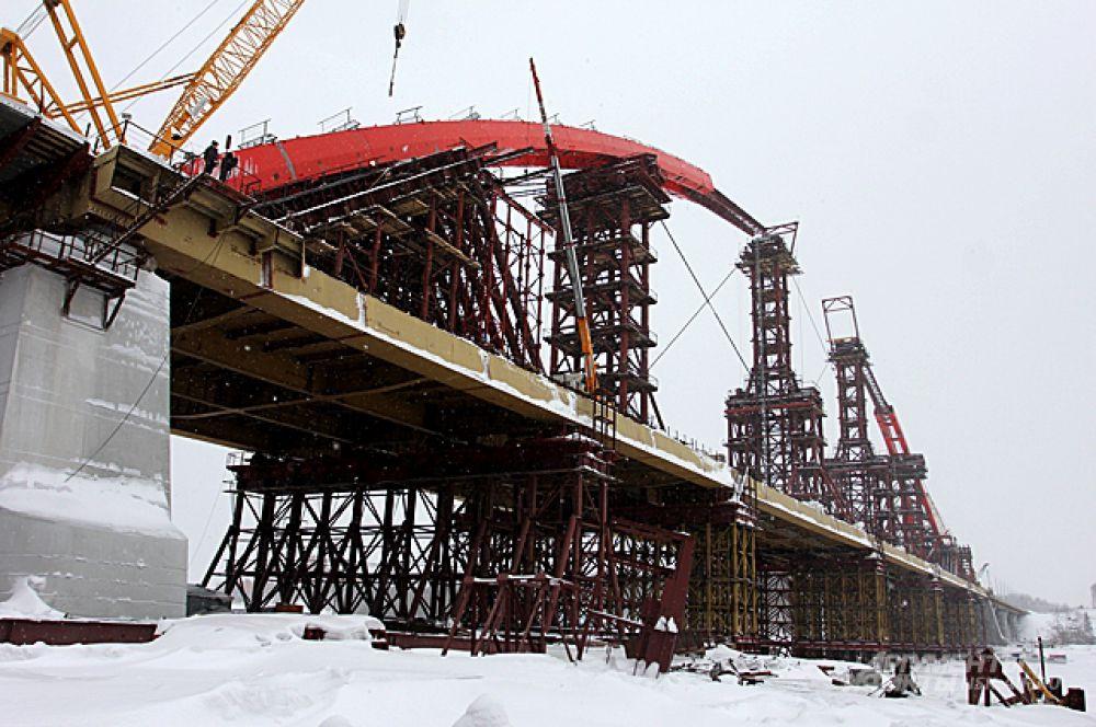 Февраль 2014-го. Хотя основные работы по покраске арки в красный цвет выполняли уже после монтажа, видно, что во время строительства арка уже была красной. Элементы красили в специальных камерах, организованных на стройплощадке.