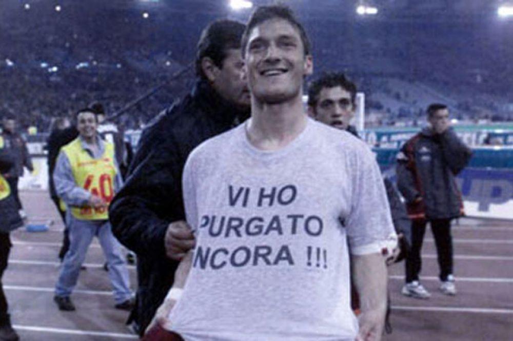 Франчесско Тотти ни раз признавался в том, что для него нет ничего лучше, чем «нагадить» извечному сопернику его родной «Ромы» «Лацио». После очередного гола в ворота лациале, он решил об этом напомнить.