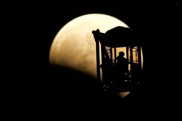 Начало лунного затмения в Токио.