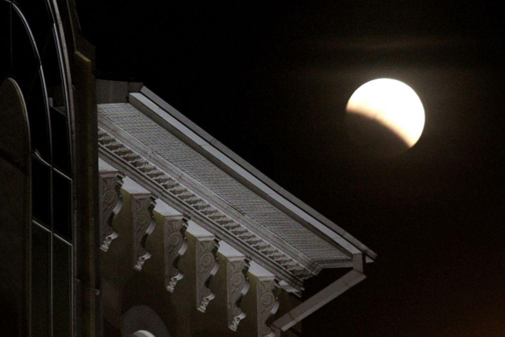 Второе лунное затмение в 2014 году могли наблюдать жители Приморья 8 октября. Тень от Земли полностью закрыла собой Луну в 21:25, а закончилось затмение в 22: 25.