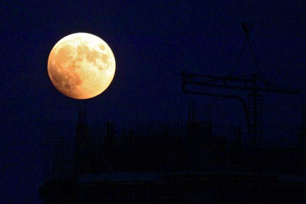 Полное лунное затмение на Дальнем Востоке.