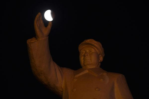 Луна в руках Мао Цзэдуна в Ухане, провинция Хубэй.