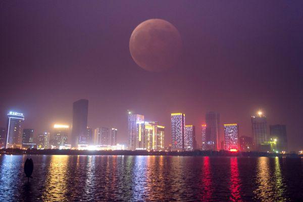 Во время полного лунного затмения в городе Хэфэй, Китай.