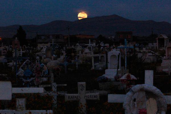 «Кровавоя» Луна над кладбищем в мексиканском городке Сьюдад-Хуарес.