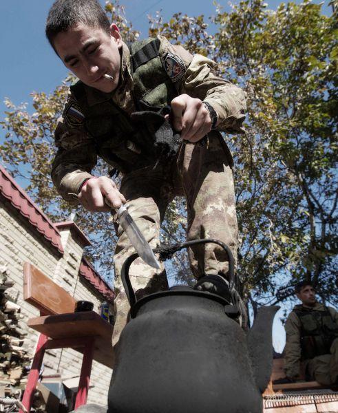 Но есть на вооружении ополчения и традиционное холодное оружие — армейские ножи.