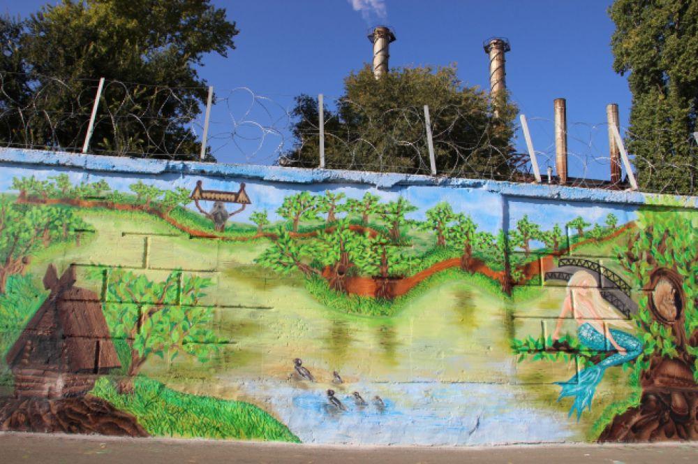 Среди граффити Саратова есть и картины из сказок. Здесь русалка на ветвях сидит.
