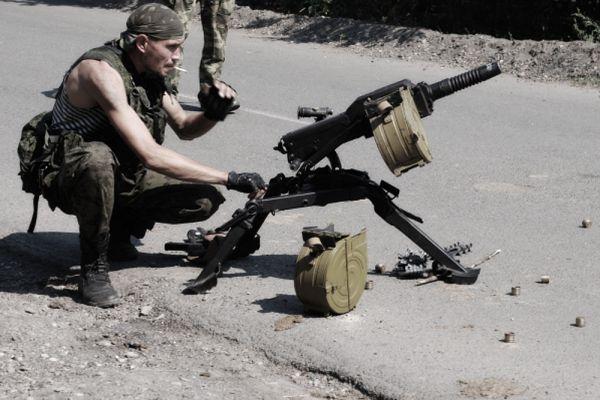 Автоматический гранатомет АГС 17 «Пламя», калибр 30 мм. Если обычный гранатомет стреляет только одиночным и навесным огнем, то с помощью этого удальца можно поражать цели очередями. Темп стрельбы при одиночном огне составляет 50 выстр./мин, при стрельбе очередями и автоматическом огне — от 350 до 400 выстр./мин. Можно сказать, накрывает с головой.