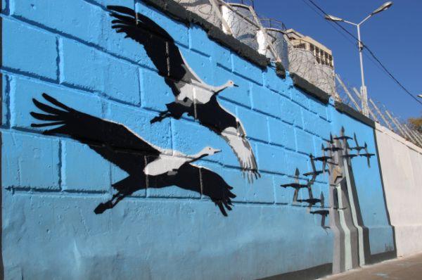 На стене набережной появился и рисунок знаменитого памятника «Журавли», который выполнил Михаил Дмитриенко.