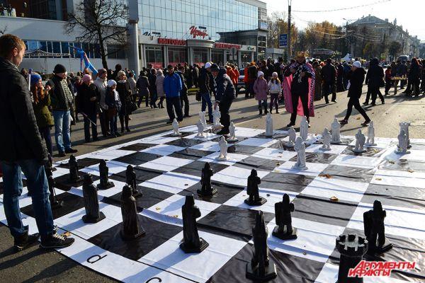 Здесь же собрались профессионалы и любители самого умного вида спорта – шахмат. Некоторые не мелочились и сражались…прямо на земле.
