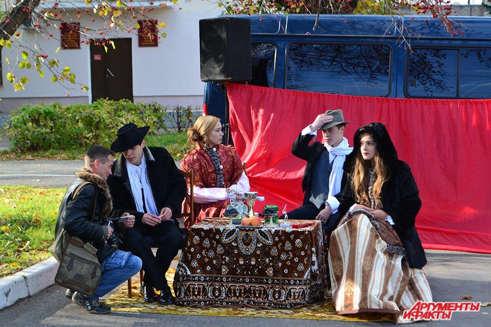 А «настоящие» леди и джентльмены тем временем наблюдали за игрой, распивая чай.
