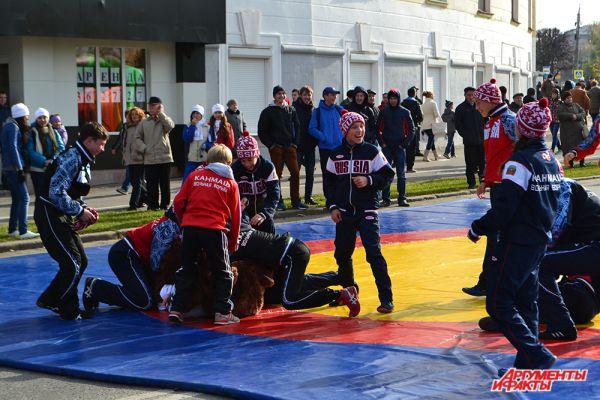 …Юные борцы застали символ Олимпийских игр врасплох и  немедленно уложили его на лопатки на потеху толпе.