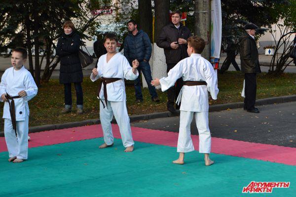 …и демонстрировали чудеса боевых искусств представители школ восточных единоборств.