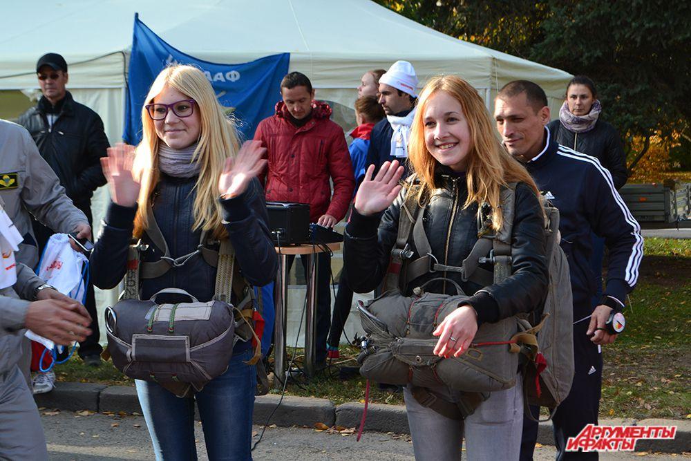 У шатра Федерации парашютного спорта проходил конкурс на самую быструю и правильную экипировку.