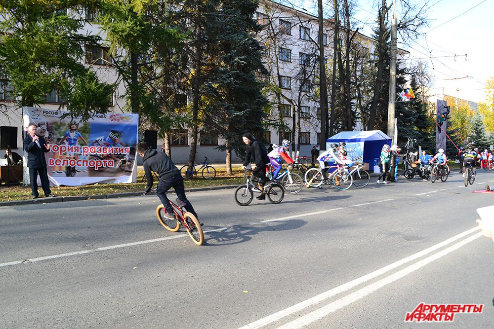 «Я буду долго гнать велосипед»…Певец Иван  Христофоров заводил толпу на площадке, посвященной развитию велоспорта в Чувашии…