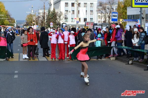 Всеобщее одобрение и восхищение вызвала юная танцовщица «на льду», выдающая замысловатые фигуры.