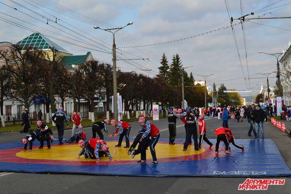 У «истоков» бульвара расположились представители Федерации спортивной борьбы.