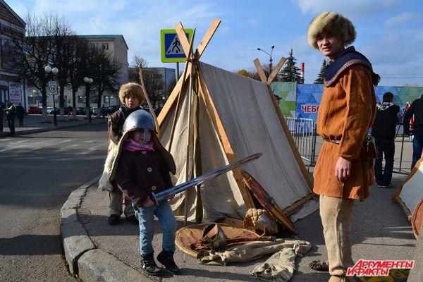 У импровизированного стана восточных воинов толпились дети, горя желанием примерить шлем настоящего воина и подержать в руках меч.
