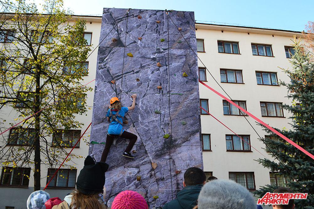 Большое количество народа собрала вокруг себя площадка, где демонстрировались навыки скалолазанья.