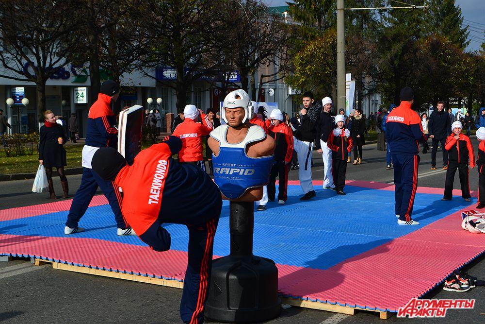 Следующими на  маршруте «бульвара» были спортсмены из Федерации таеквондо.