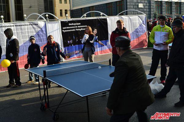 Настольный теннис объединил как юных, так и пожилых игроков.