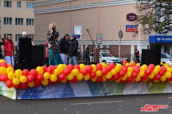 И без того жаркую атмосферу на площадке подогревало выступление артистов с национальной песней.