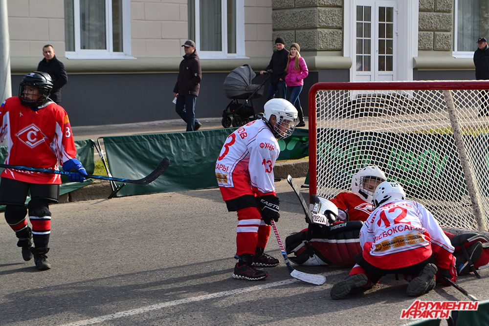 У здания Центрального универмага расположилась площадка с хоккеистами: корреспонденту удалось заснять опасный голевой момент.