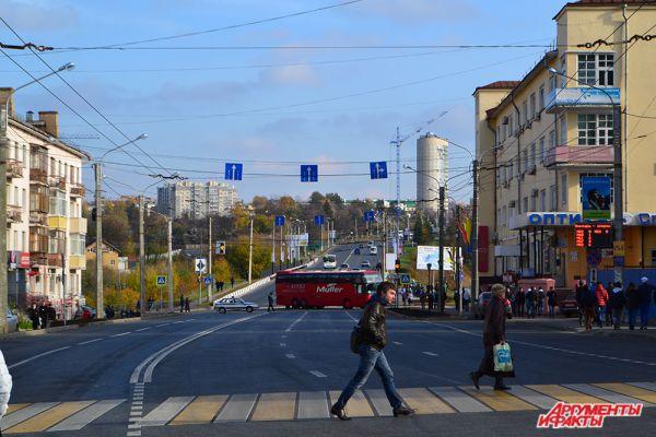 Действо на «бульваре»  продолжалось до 16:00:  те немногие виды транспорта, которым было позволено в этот день появляться в центре города, объезжали праздничное шествие по улице Ярославской.