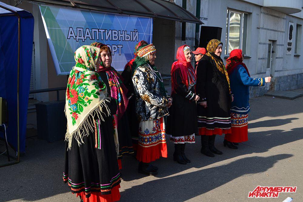 Представителей Федерации адаптивного спорта веселили «старушки-веселушки» в национальных нарядах.