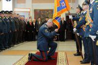 Анатолий Кузнецов торжественно прощается со знаменем ГУ МЧС НСО.