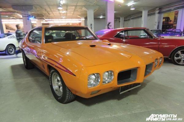 Среди экспонатов есть уникальные спортивные автомобили.