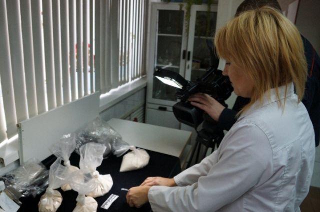 Анализ изъятых синтетических наркотиков в лаборатории.