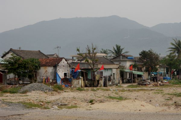В конце сентября 2009 года тайфун «Кетсана» обрушился на Филиппины, Китай, Вьетнам, Лаос, Камбоджу, Таиланд. Порывы ветра достигали до 165 км/ч. Жертвами тайфуна во Вьетнаме стали более 160 человек, разрушены около 170 тысяч домов, во многих районах уничтожены посевы и системы орошения. Более 350 тысяч человек были эвакуированы.