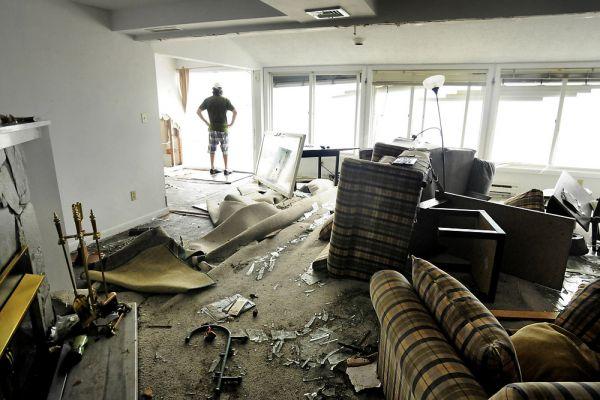 В США 273 тысячи человек остались без электричества. Общее число жертв урагана «Айрин» — не менее 42 человек. По самым осторожным оценкам ущерб от урагана составил не менее $10 млрд.