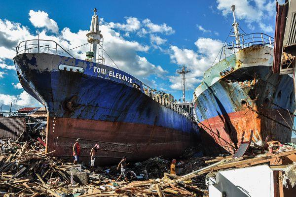 Супертайфун «Йоланда» — один из самых сильных тропических циклонов за всю историю метеонаблюдений, обрушился в ноябре 2013 года на Филиппины и соседние стран. Этот циклон нес с собой ветры скоростью 315 километров в час с порывами до 379 километров в час. Супертфйфун поднимал волны высотой до пяти метров, которые и обрушились на Филиппины.