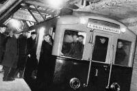 Первый поезд Московского метро совершает пробный рейс.