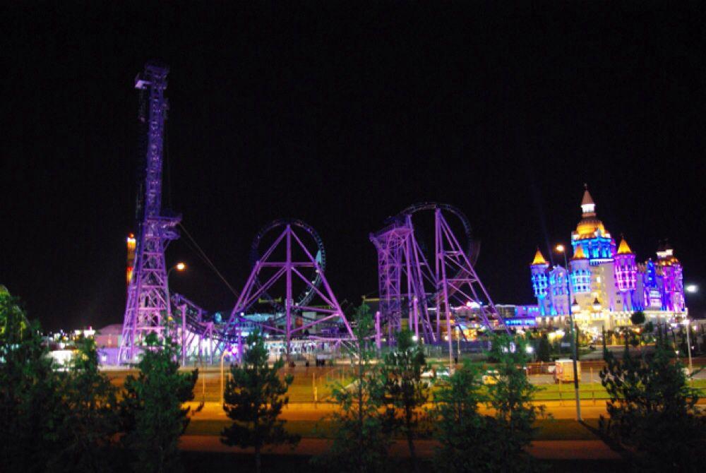 Вечером Олимпийский парк превращается в диснеевскую сказку.