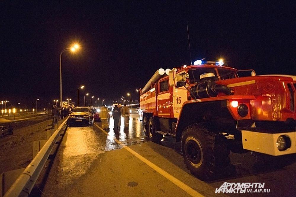 Пожарные смывают ГСМ с проезжей части.