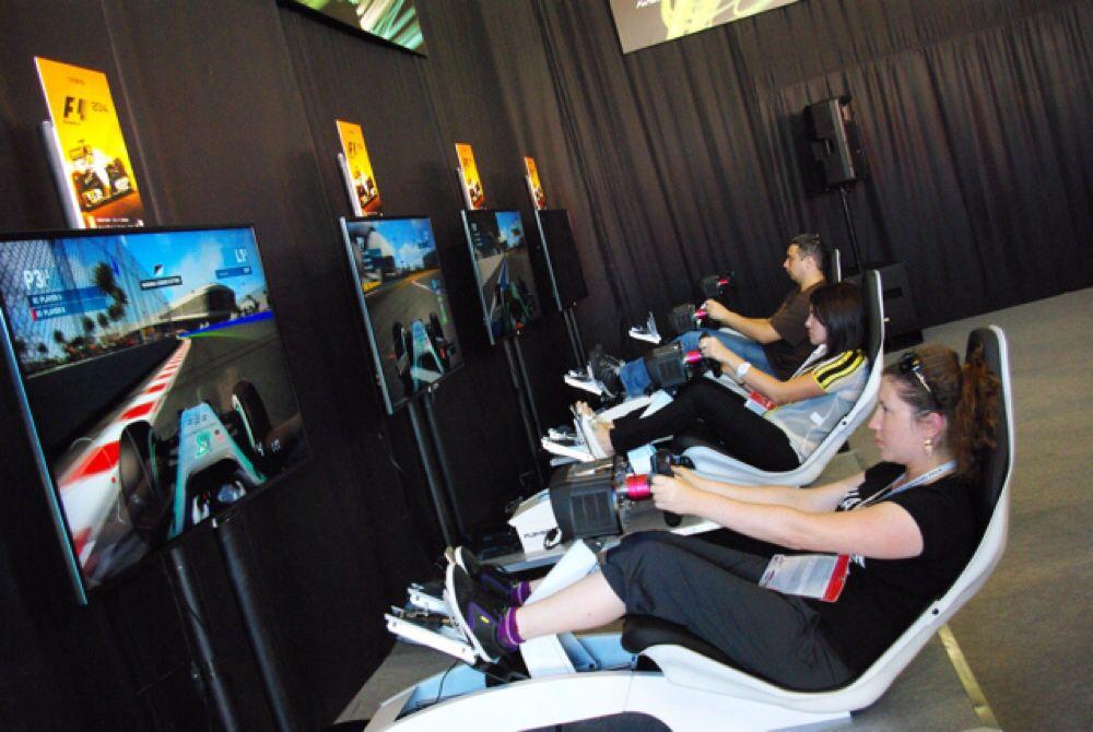 """В парке работал симулятор, имитирующий гонки """"Формулы-1"""". Посетители соревновались между собой."""
