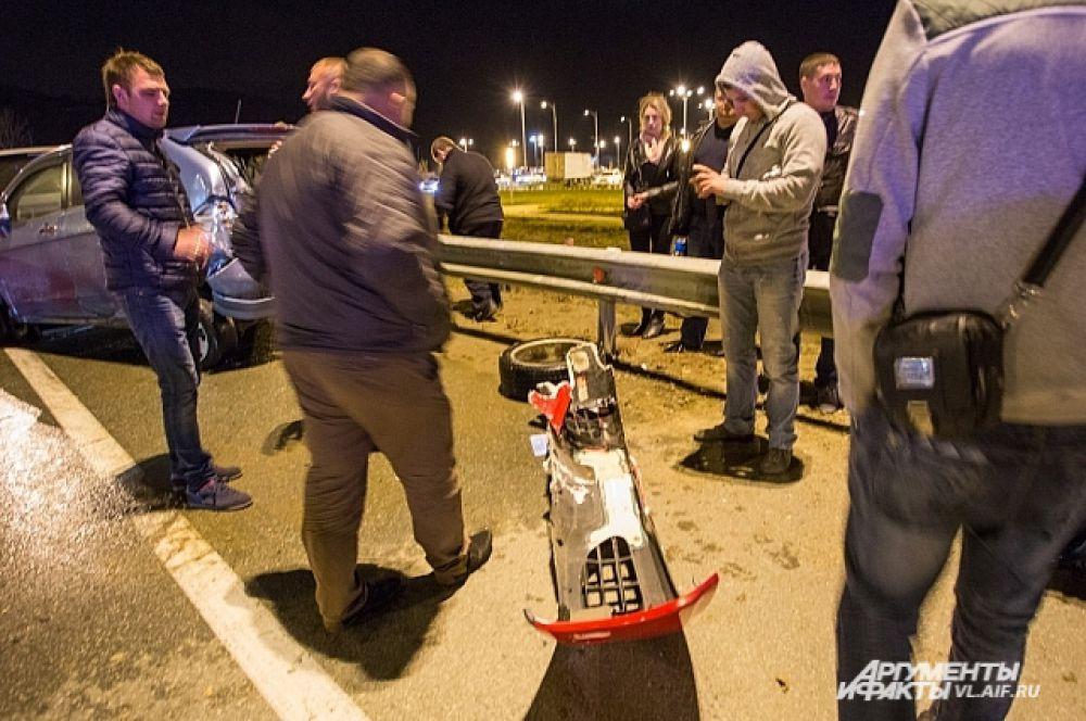 От удара оторвало бампер и отлетело колесо.