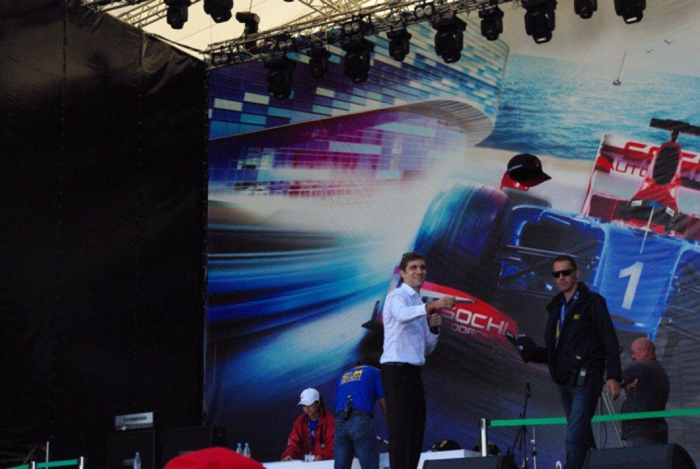 Руководил автографсессией первый российский гонщик Виталий Петров.