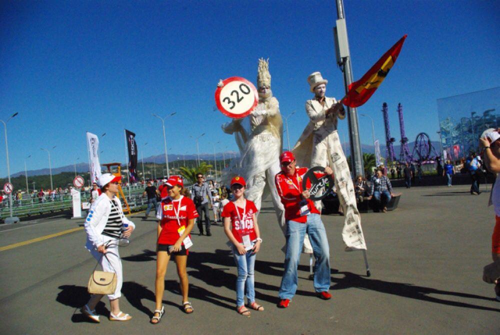 В Олимпийском парке болельщиков развлекали артисты цирка.