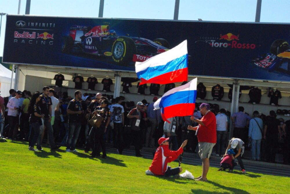 На открытии Гран-при России вынесли флаг длиной 450 метров, а зрители принесли с собой столько триколоров, что если их сложить вместе, получилось бы не меньше.