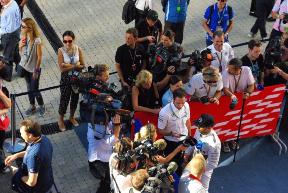 Победитель Гран-при России Льюис Хэмилтон даёт интервью в паддоке.