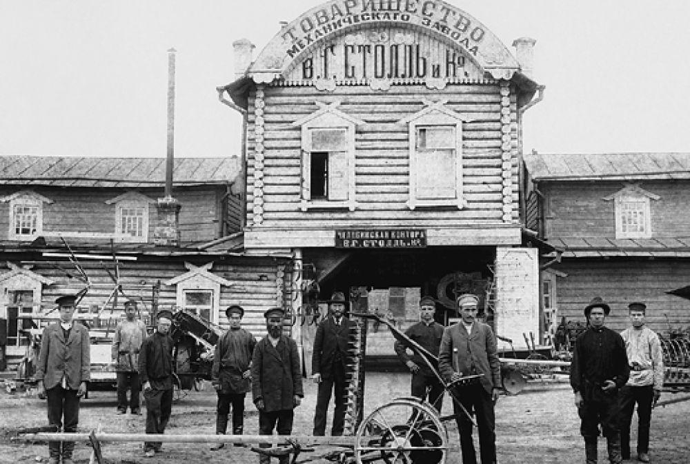 Механический завод «СТОЛЛЬ В.Г. и Ко» — ныне ЗАО «Челябинский завод дорожных машин имени Д. В. Колющенко». Это одно из первых промышленных предприятий Челябинска. Завод был основан в 1898 на базе торгового склада земледельческих машин и орудий воронежской фирмы «Столль В.Г. и Ко», когда Челябинск стал превращаться в крупный железнодорожный узел. На то время это был первый и единственный завод по сборке и ремонту плугов на Урале и в Сибири. В годы Первой мировой войны на заводе было организовано производство снарядов, патронов и гранат.