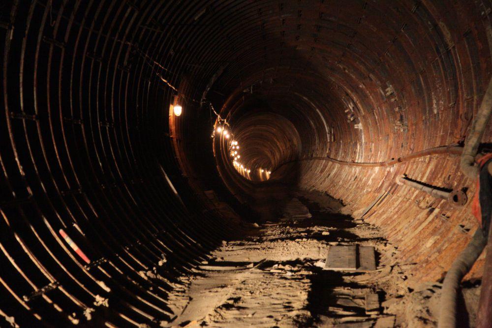 В 1992 году в Челябинске задумали строить метрополитен. Однако спустя 21 год, потратив свыше 9 млрд рублей, челябинские чиновники констатировали, что деньги закончились. На данный момент готовы лишь две станции: «Торговый центр» и «Комсомольская площадь, а также 4,5 километра тоннелей. Вместо метро специалисты предлагали сделать монорельс или запустить в уже готовые тоннели обычные трамваи, но власти мегаполиса заявили, что намерены с 2015 года возобновить строительство.