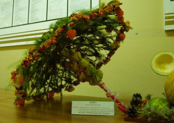 Зонт из цветов, сделали умельцы из исправительной колонии №4.