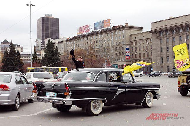 В Новосибирске прошёл музыкальный парад ретро-автомобилей