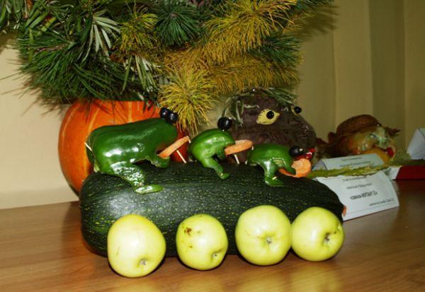 Семейство лягушек, вырезанное из сладкого зеленого перца, вызвало большой интерес посетителей выставки.